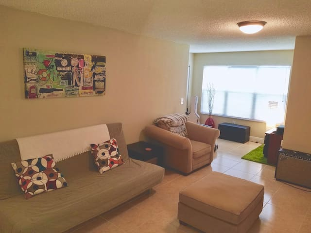 Excellent 1 Bedroom Apartment. 3 min SAWGRASS MALL