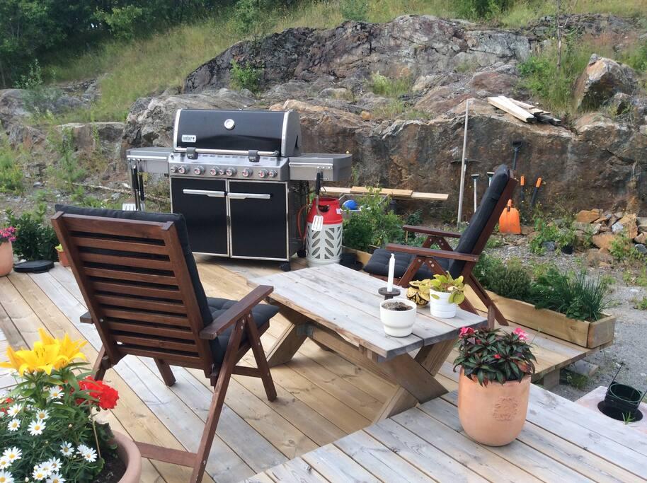 Grillplats på veranda. Weber-grill.
