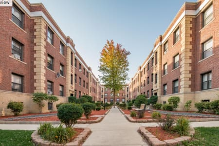 Basic home base in Lakeview! - Chicago - Apartment