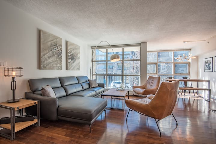 Luxury Downtown Waterfront Condo with Parking!