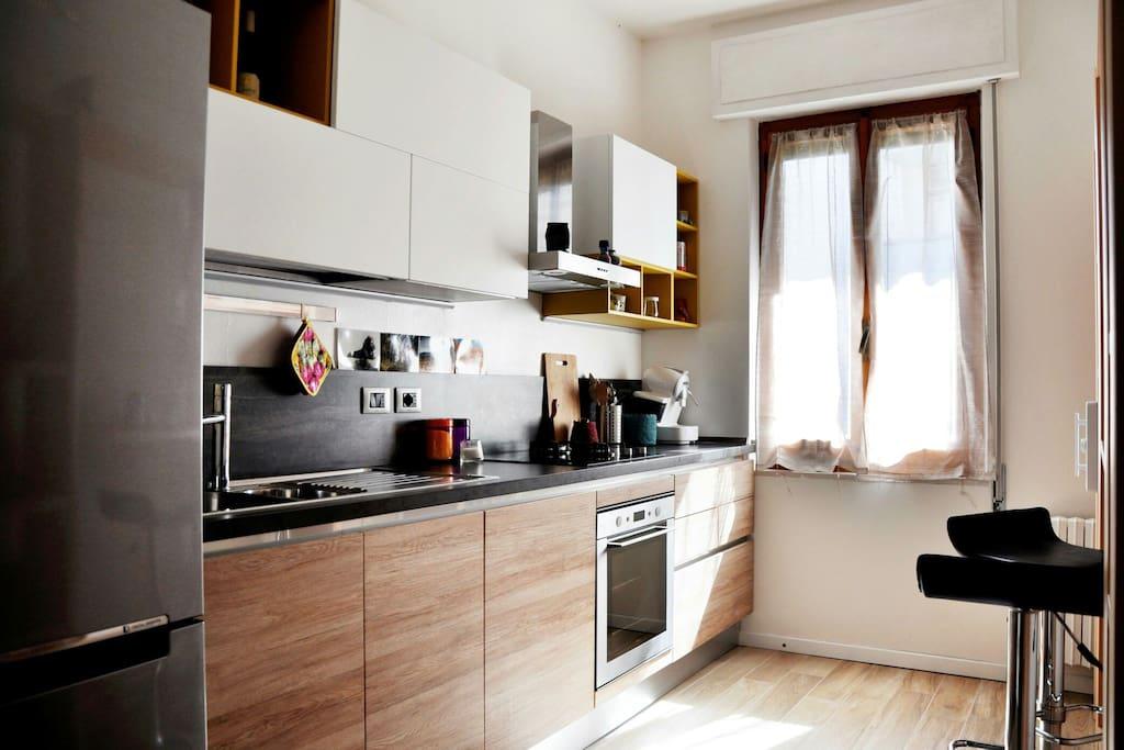 Cucina equipaggiata di frigo-congelatore, forno, microonde, piano cottura gas e induzione, lavastoviglie etc.