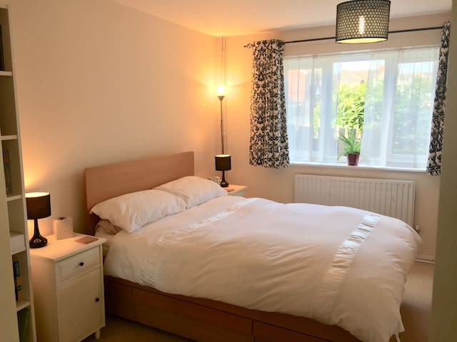 Large double room close to Bracknell & Wokingham
