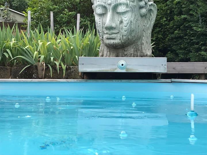 Chambre dans maison design avec piscine chauffée