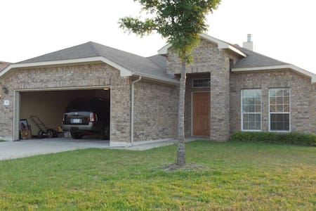 Close to Austin SXSW and COTA.  Cozy and clean. - Hutto - House