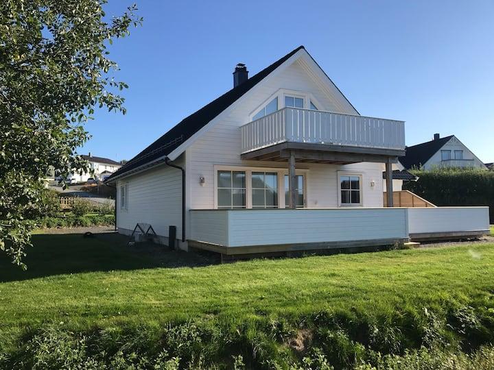 Moderne hus ved Leknes