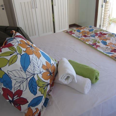Camas largas e confortáveis. Roupa de cama de alta qualidade
