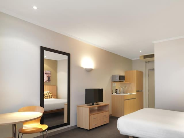 Cosy Double Guest Room Double Bed At Sydney Cbd