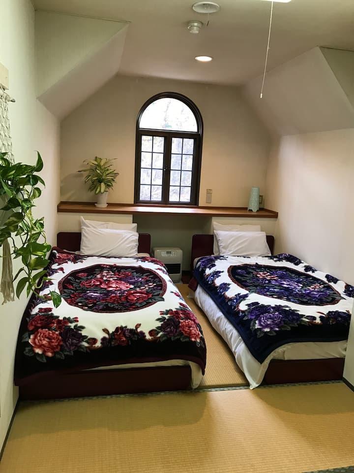 Japow House Myoko Private Twin Western Bed1