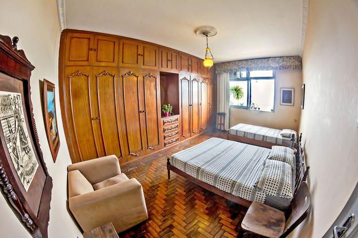 Quarto espaçoso, com vista para o mar e ar condicionado / Spacious room, with a seaview and air conditioning