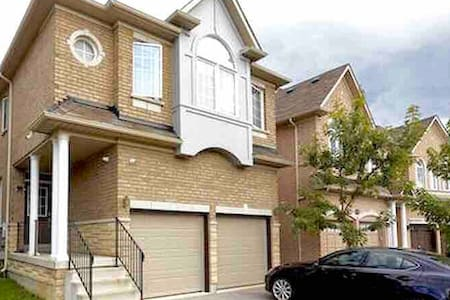 Luxury Spacious house in heart of Richmond hill