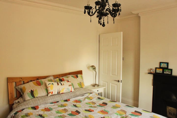 Kingsize bedroom with bay windows and walk in wardrobe