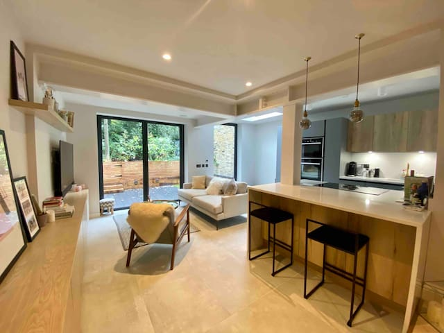 VERY MODERN GARDEN FLAT WITH PRIVATE BATHROOM