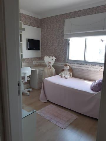 1 Cama solteiro + uma cama auxiliar.