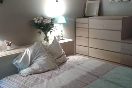 lovely bedroom surrounded by trees - Sèvres - Apartment