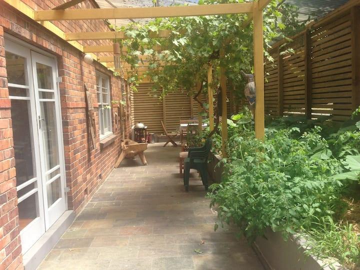 Leolanda's Airbnb! Private room in sunlit house