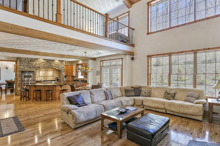 MAJESTIC MOUNTAIN MANOR at 7 SPRINGS - 7,700 SQ.FT! 6BR 6BA (Sleeps up to 30)