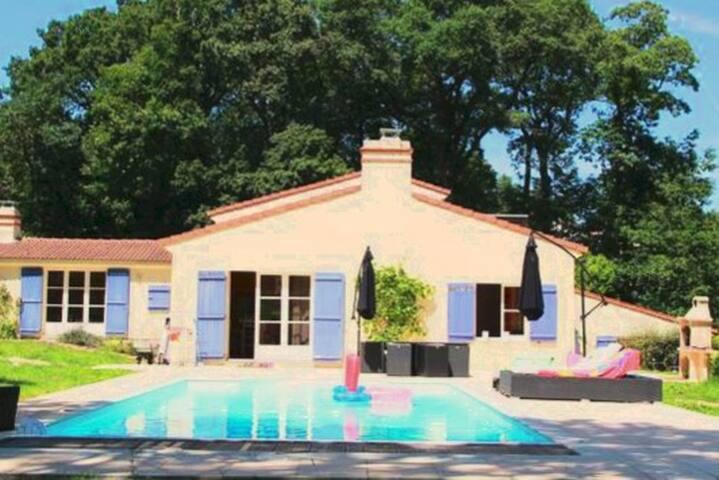 Villa avec un grand parc boisé et piscine, 10pers