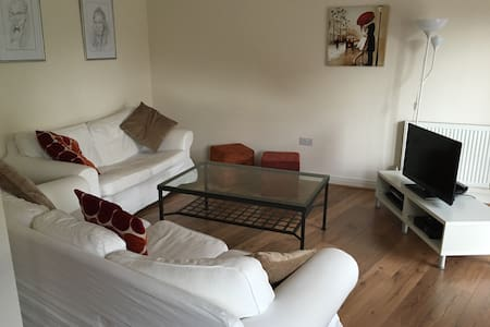 4 bed modern town house Air Show wk - Farnborough