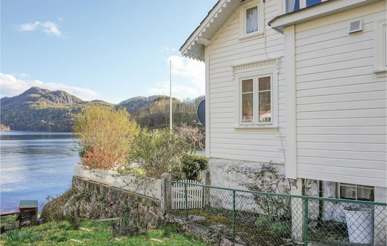 Holiday cottage with 2 bedrooms on 90m² in Hidrasund