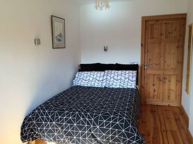 Modern ensuite room easy City access - Galway