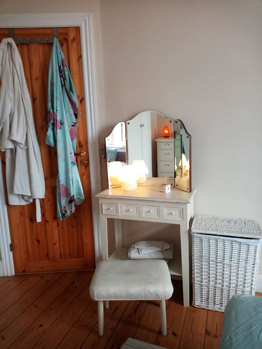 The Beedroom, a little makeup-desk where you can have a quick look before you go out ;-)