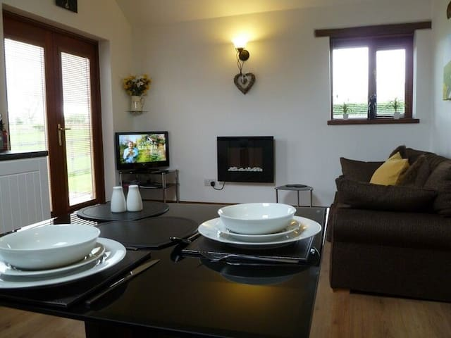 BUTTERCUP COTTAGE, romantic, with a garden in Penrith, Ref 972474