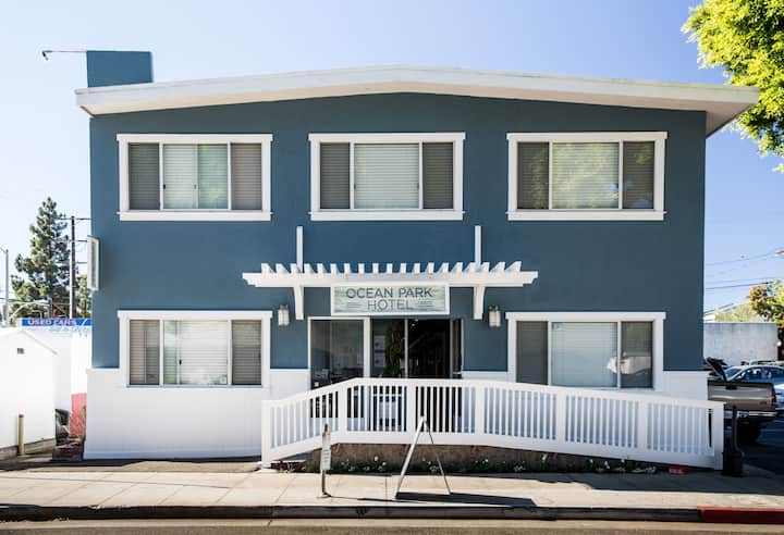 Queen Standard with Shared Bathroom - Santa Monica