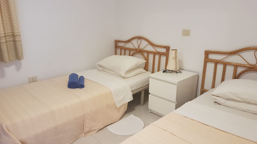 Derde slaapkamer met twee éénpersoonsbedden , veel kastruimte aanwezig.