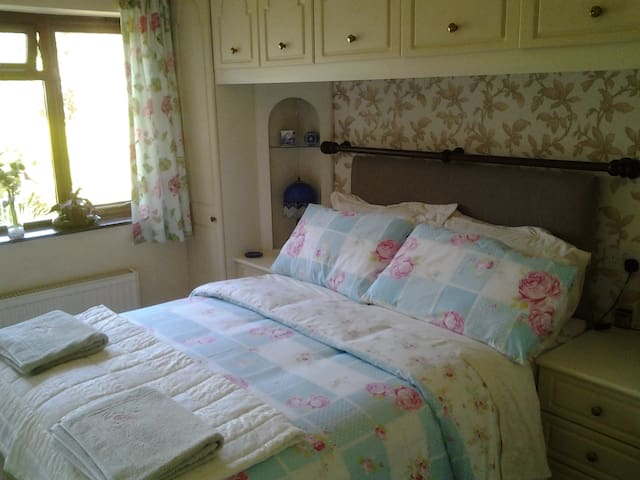 Village centre, lovely double room