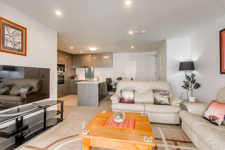 Luxury Auckland 2 Bed/2 Bath Apartment/Pool/Spa