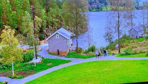 Idyllisk hytte med flott utsikt over vannet
