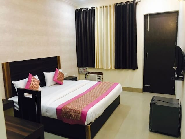 Premium rooms near Huda Metro, free Gym and Wifi