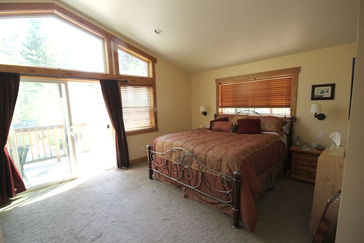 Centrally Located N. Tahoe Master Suite - Tahoe City - Hus
