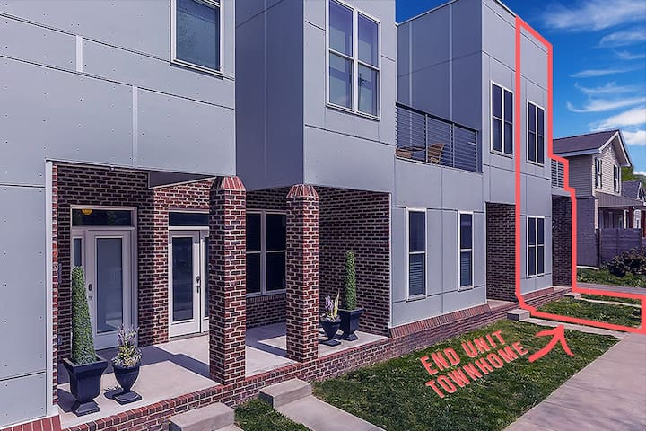 Sunny & Modern Townhome w Roof Deck & Workout Room