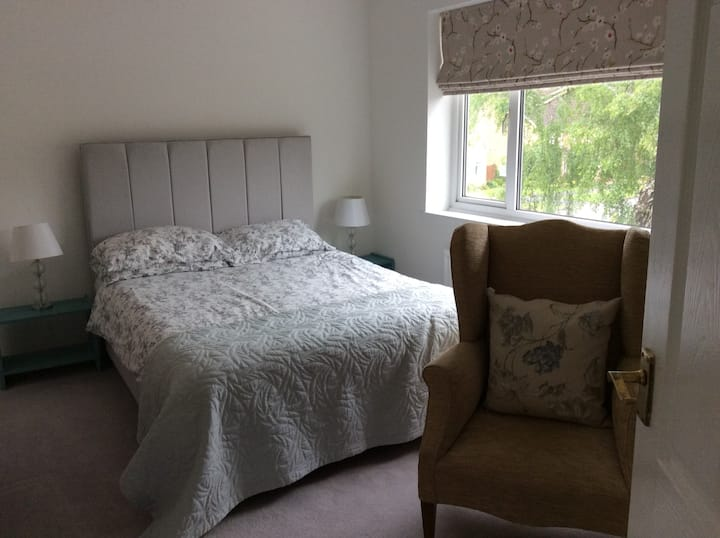 Quiet location with parking, 10 mins walk to town