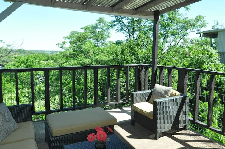 2 BD w/covered patio & view by Park. King bed! - Austin - Apartment