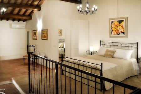 Casa Leoni Bed & Breakfast - SUITE uso tripla - Urbisaglia - Дом