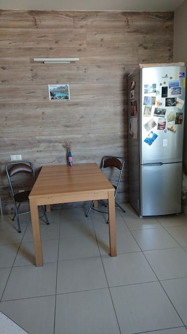You can expand the table. Additionally there are 4 stools.  Стол раскладывается. Есть также 4 табуретки