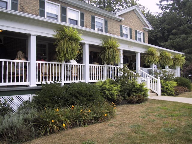 Julia's Bed and Breakfast -Sleeps 16 -6,500 Sq Ft.