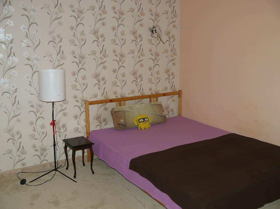 Duże łóżko w pokoju numer 2