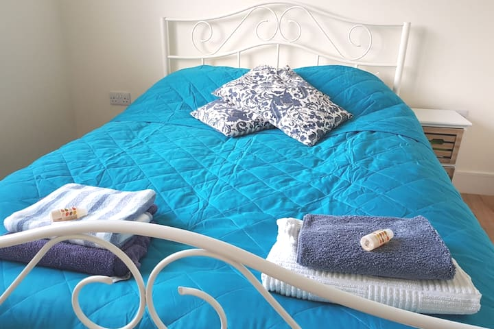 Dursley 2 Rooms Available in a shared House