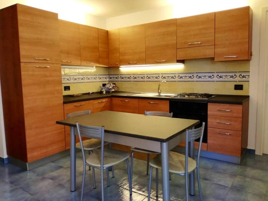 Kitchen -table, fridge, oven, sink Cucina - tavolo, frigo, forno, lavello