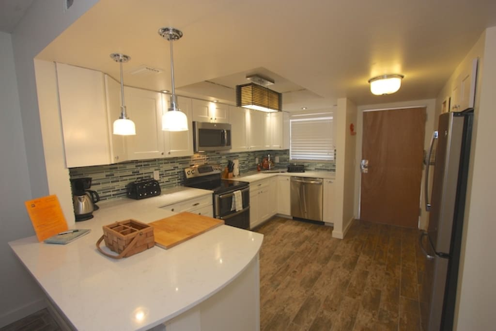 Updated Fully Equipped Kitchen with Granite Counter Tops/Stainless Steel Appliances-Perfect for Meals Large and Small