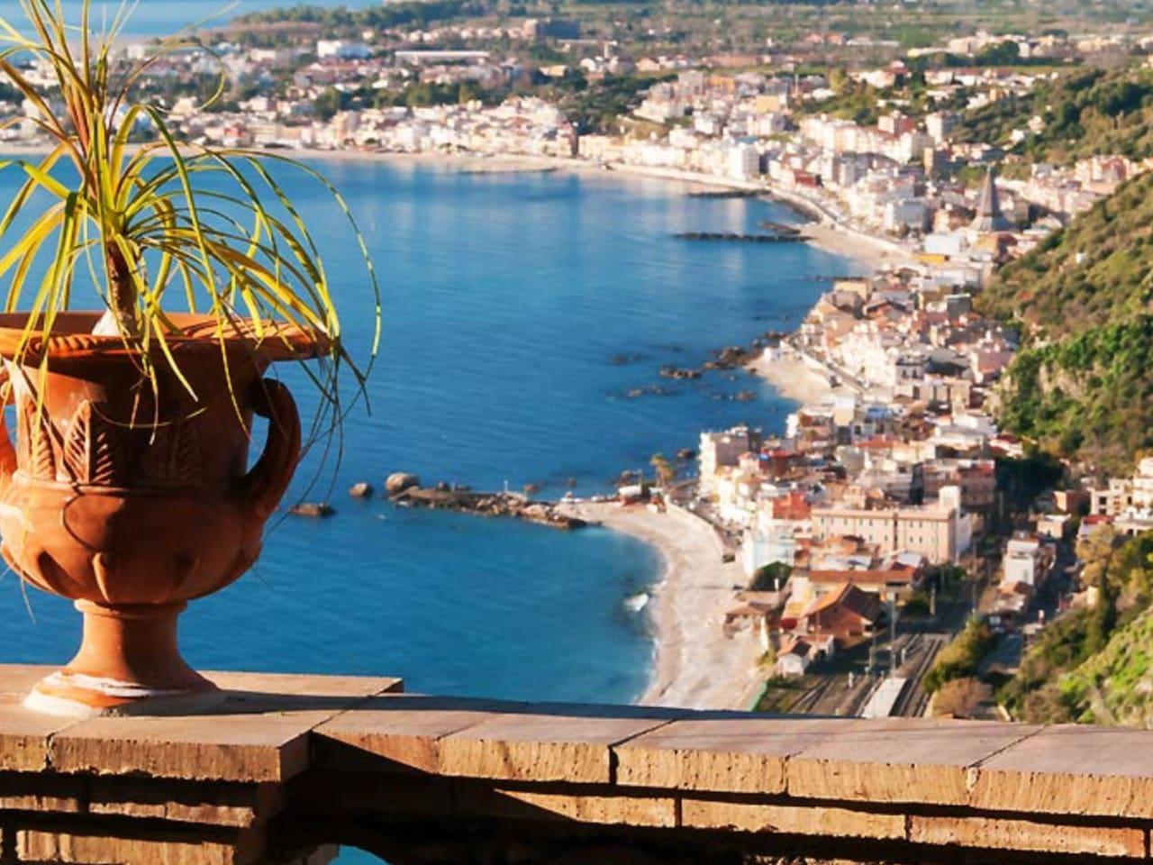 Photo prise à Taormina avec vue sur Giardini Naxos