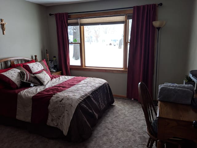 Cozy, Private Bed and Bath with Home Gym
