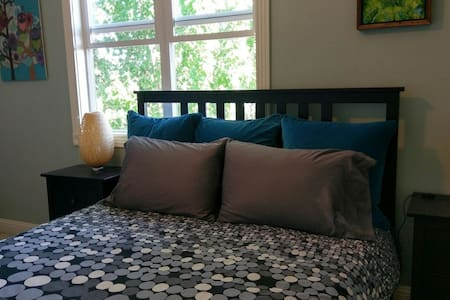 Bright Room & Queen Bed in a Cute Neighborhood - House