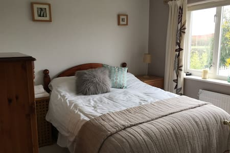 For females only, comfortable private bedroom wifi - Loughborough - Casa
