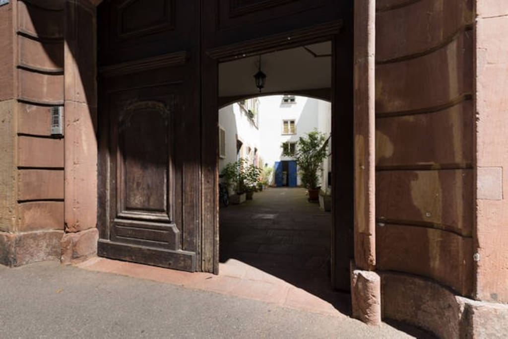 Portail d'entrée de la copropriété - Building main entrance door.