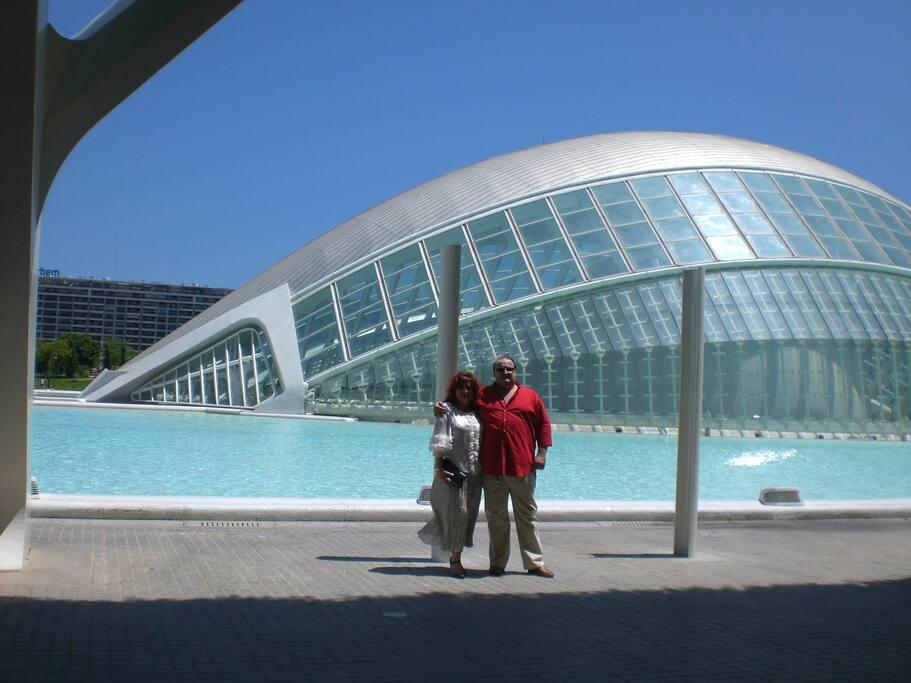 Carmen y Marco, vuestros anfitriones, en la Ciudad de las Artes