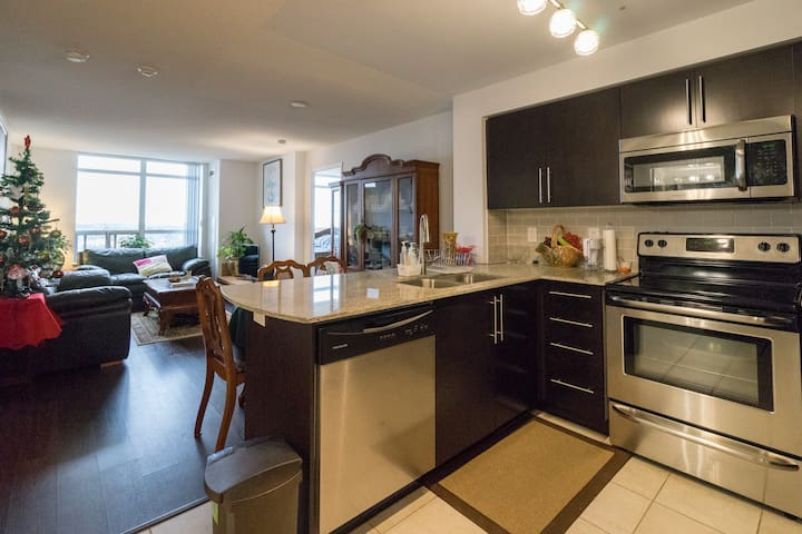 Beautiful 2 Bedroom Penthouse Suite /w Parking - Richmond Hill - Condomínio